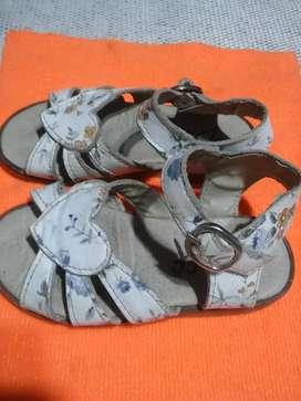 Sandalias cuero usada.