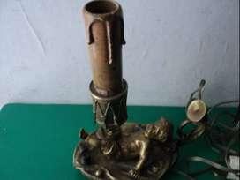 Antigua y hermosa lampara de bronce con figura de niño o angelito