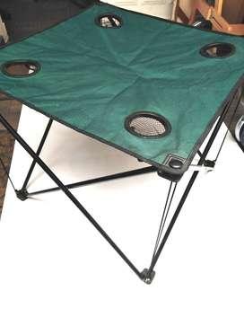 Mesas de camping plegables, 59x59x52 cm, $100 mil el par.
