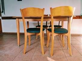 Mesa de haya extensible con seis sillas de haya.