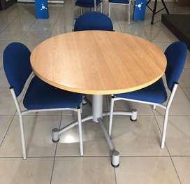 Mesas de oficina y sillas