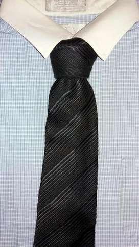 Corbata Banana Republic,Italy,100% lana,color gris oscu rayas diagonal