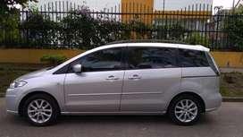 Hermosa Mazda 5, ideal para transportar niños de manera cómoda y segura.