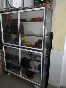 Vendo vitrina de 150 de ancho x 2 metros de alto x 40 de ancho para tienda negocios papelería etc.