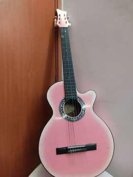 Guitarra acústica en muy buen estado color rosado