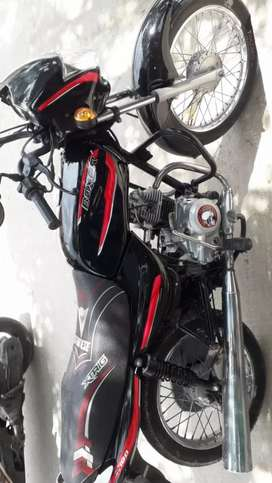 Vendo Hermosa moto BaJAJ llantada pintura excelente