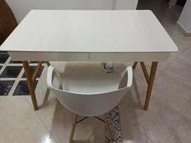 Escritorio de madera color blanco con silla.