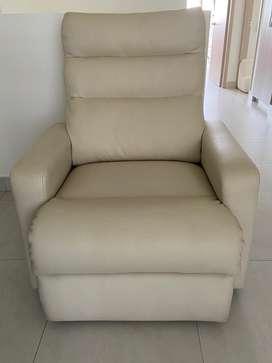 Reclinomatic y silla giratoria blancas en cuero sintetico