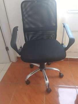 Escritorio con su silla y mesa
