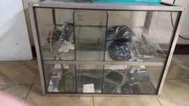 Vendo caramelera de 8 divisiones de vidrio y aluminio.