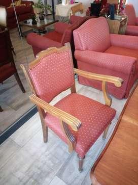 Sillones de estilo impecables , mesa con seis sillas talladas  y 2 sil