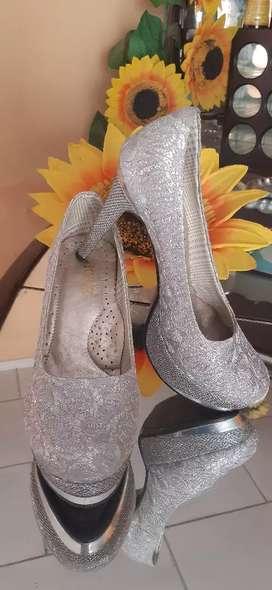 Lindos zapatos plateados