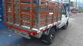 Camioneta Toyota 4.5 de estacas  carrocería de lujo en buen estado