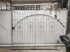 Puerta de reja corrediza con chapa