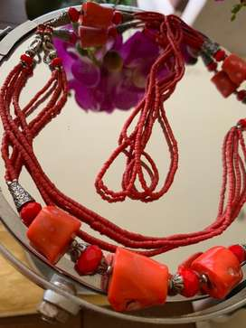 Collar Arabe con corales de color rojo , nueva