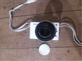 Cámara fotográfica nikon j1 con lente 30 - 110, cargador, batería, Correa para colgar y manual de instrucciones