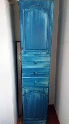 Mueble azul patinado (toallero y cesto de ropa)