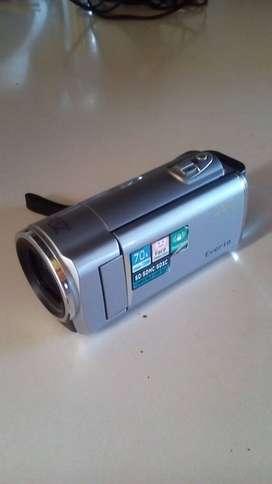 Vendo video camara marca jv Memoria de 8 gb Cargado  Cable para teve