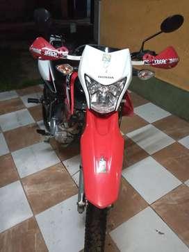 Vendo moto honda Xr 150 todo los papeles al día alarma incluída