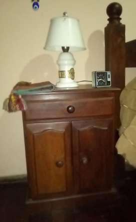 Juego de dormitorio de algarrobo. Cama 2 plazas, cómoda, 2 mesas de luz y espejo.