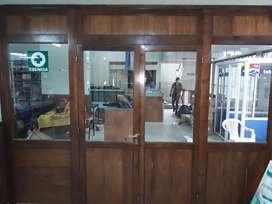 Vendo frente completo de cedro ideal para el interior tiene dos paneles fijos y 2 puertas que se abren