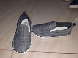 Zapatos grises Niño marca GAP