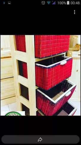 Organizador de pino y canastos de mimbre