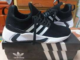 En venta zapatillas Adidas nuevas en caja!