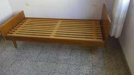 Cama de madera , de  una plaza.