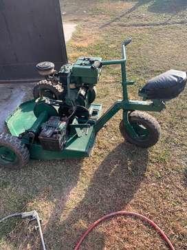 Triciclo tractor corta césped marca Villa