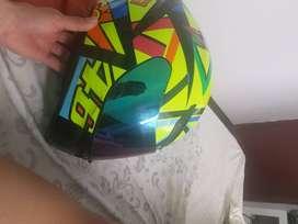 Vendo casco agv talla L 1 mes de uso  tiene un raspón 3n una  parte