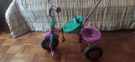 Dos triciclos y un monopatin