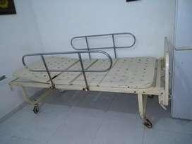 Cama hospitalaria manual con cabecera
