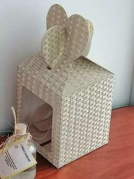 Se dan cursos de Letra Timoteo. Elaboración de cajas decoradas. Moños. Marcacion de cuadernos. Bombas. Copas Etc.