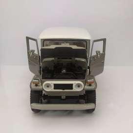 Auto de colección Toyota fj40  a escala 1:24- motormax