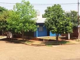 Tiene 3 habitaciones, una ampliación de 9 mts x 4 mts, el garage, portón corredizo, y el local en construcción