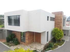 Casa de Lujo con Jardin y Pergola en Conjunto Tumbaco