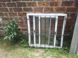 vendo ventana de aluminio Blanca de 1mx1m con rejas negras