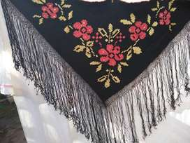 manton telar lana negro bordado en seda y flecos