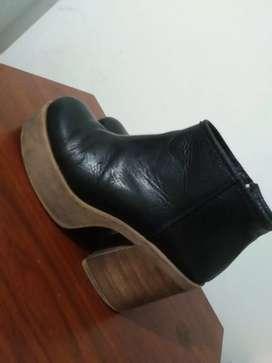 Botas de cuero negras. Muy comodas con poco uso