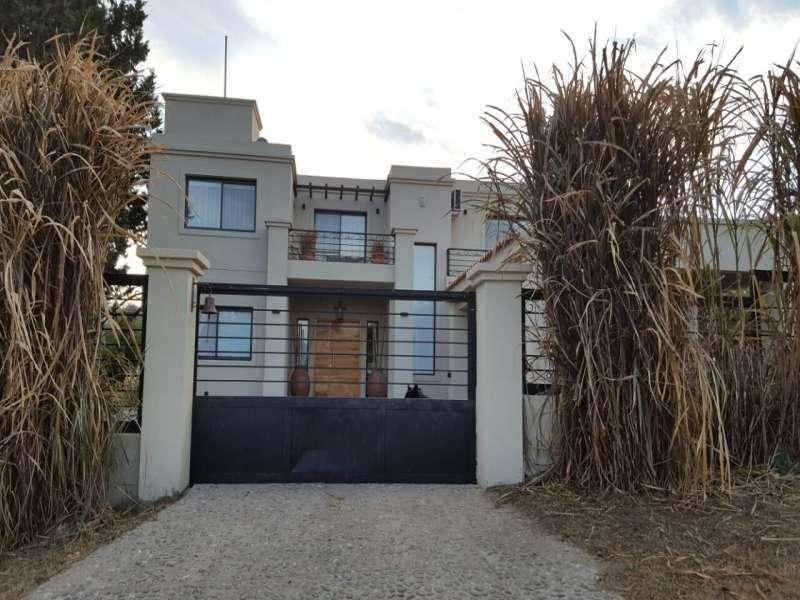 Excelente casa cercana a Villa Carlos Paz en venta, barrio Residencial Lago Azul, con vista Panorámica. 0