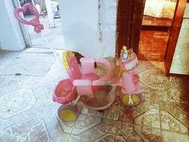 Vendo Triciclo para Nenas Andador