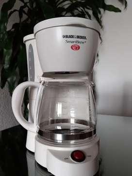 Cafetera Black & Decker SmartBrew DCM525, color blanco, capacidad para 5 tazas.