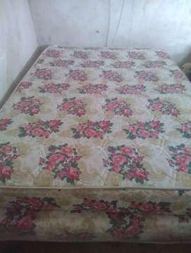 Cama somier con colchón.