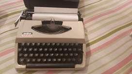 En perfecto estado VHS con rebobinador, máquina de escribir
