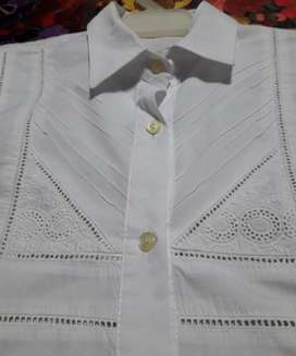 camisa manga larga blanca con  pechera con broderie y bordado