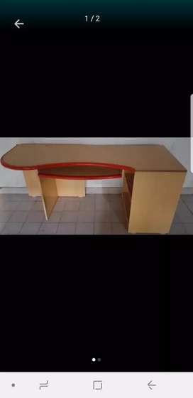 Escritorio madera combinada con rojo Exelente estado