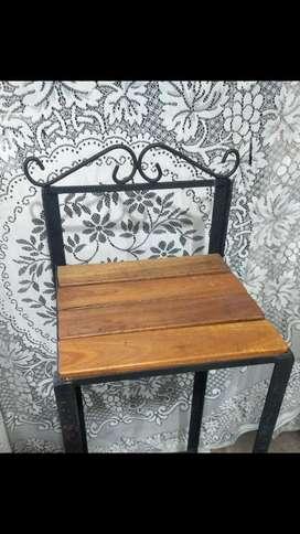 Taburete de hierro y madera