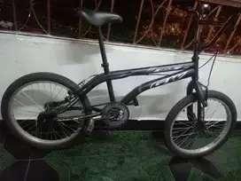 Se vende bicicleta GW negra para niño