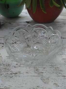 Recipiente de vidrio tallado antiguo